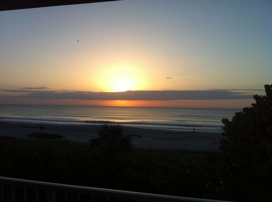 International Palms Resort &amp; Conference Center Cocoa Beach : Sunrise from our room. Beautiful! 